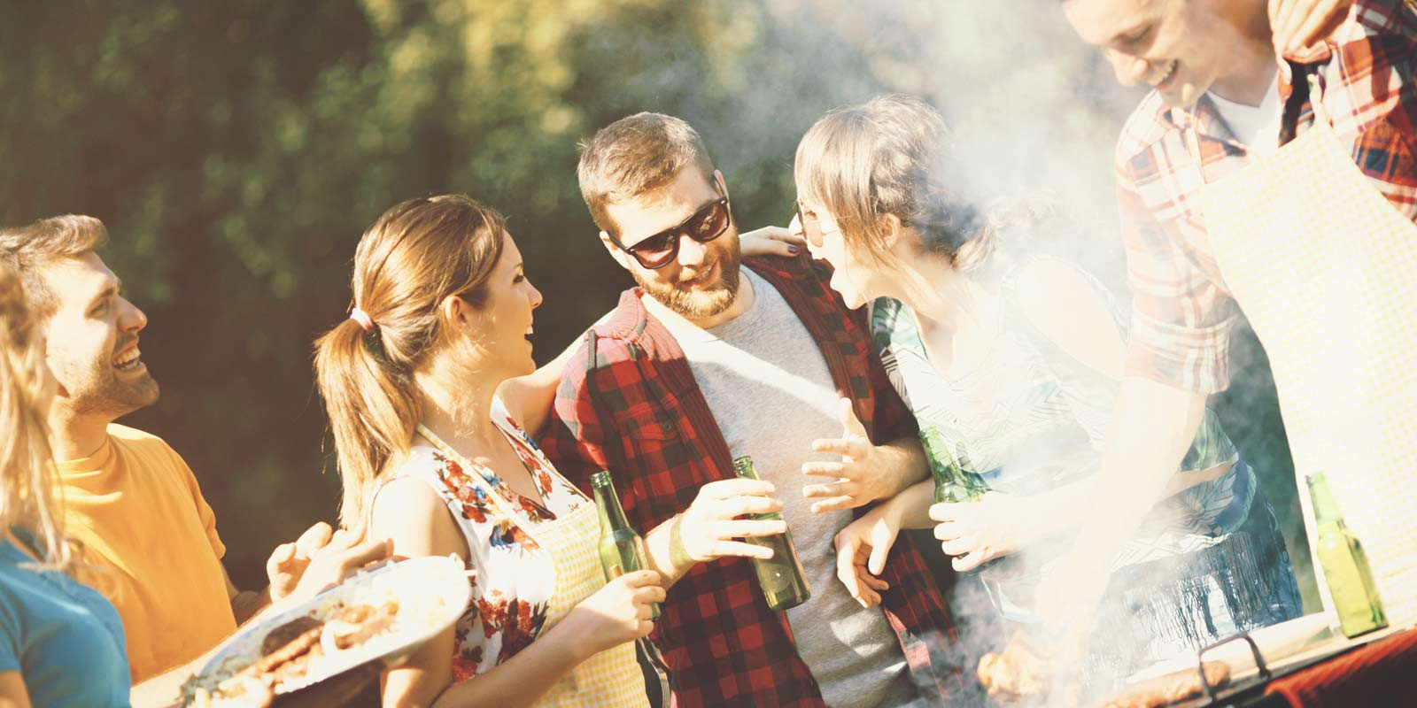 Freunde feiern bei einem BBQ ausgelassen miteinander